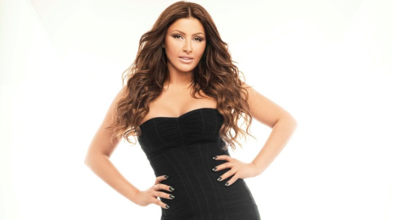 Έλενα Παπαρίζου, ελληνίδα τραγουδίστρια. Γεν. 31 Ιανουαριου 1982.